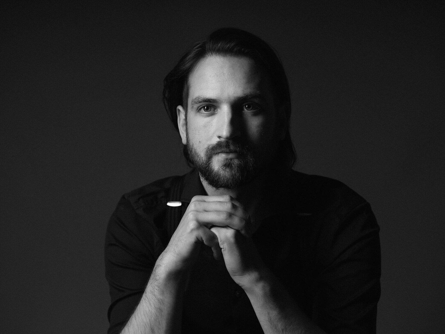 Pressebild 2020 Porträt in schwarzweiß von Benedikt ter Braak, Pianist und Komponist (c) Rebecca ter Braak
